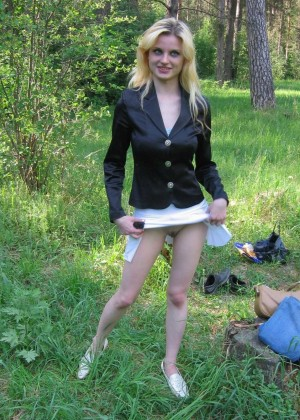 Russian prostitute Nina makes blowjobs in the park