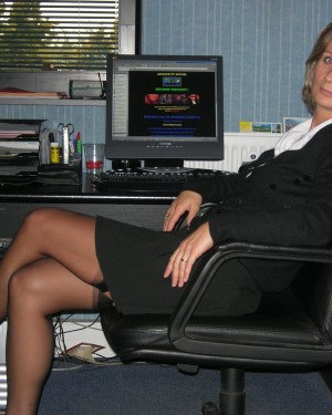 The secretary bare her ass