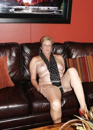 The granny blonde widely spreads her legs