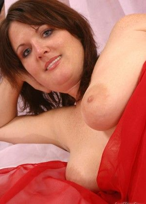 Plump Sophia squeezes her hotny breast