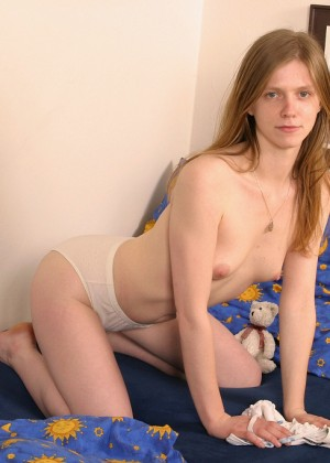 The Englishwoman Eva showed her anus and hairy pubis