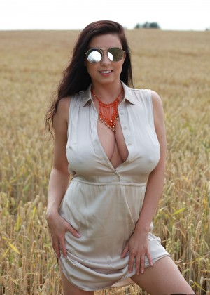Ewa Sonnet bared her huge chest in the field