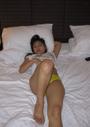 Beautiful slut from Malaysia shows pussy at the hotel